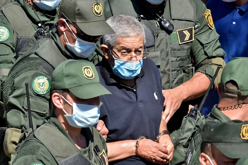 رئيس الوزراء الجزائري الأسبق يعترف ببيع الذهب في السوق السوداء