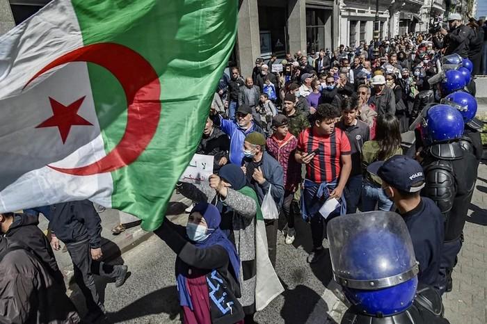 تجدد المظاهرات الشعبية في الجزائر.. وتبون يدعو الشعب للتعبير بكل حرية وديمقراطية